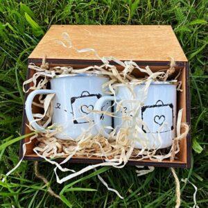 Kubki emaliowane na prezent w drewnianej skrzyneczce